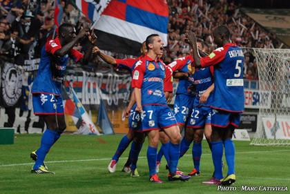 Quest'anno abbiamo visto indossare all'Amiens una particolare maglia rossa e azzurra, in luogo della tradizionale maglia bianca: si tratta della maglia celebrativa per i 110 anni del club e ne riprende i colori originari