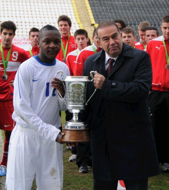 Ongenda posa con uno dei tanti trofei conquistati a livello giovanile, l'Aegean Cup